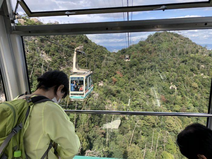I en linbanevagn ned från Mount Misen