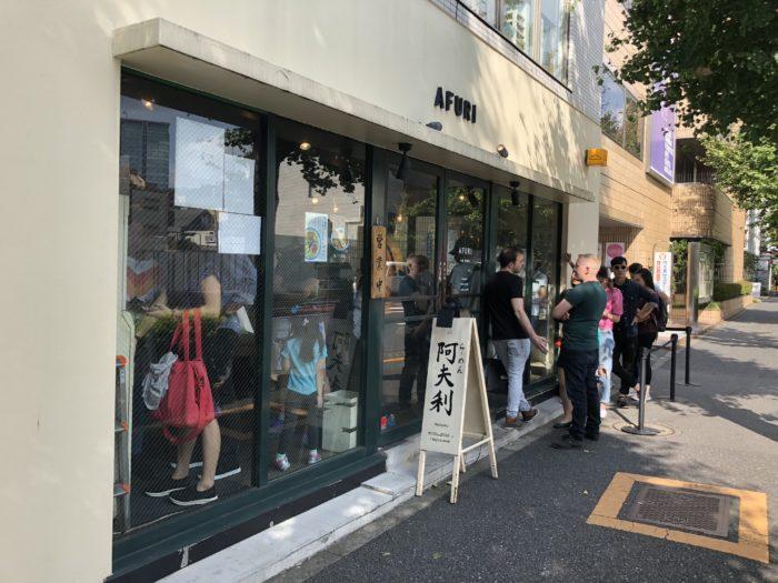 Folk köar till Afuri i Harajuku