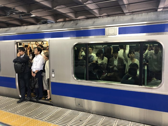Full tunnelbanevagn i Tokyo