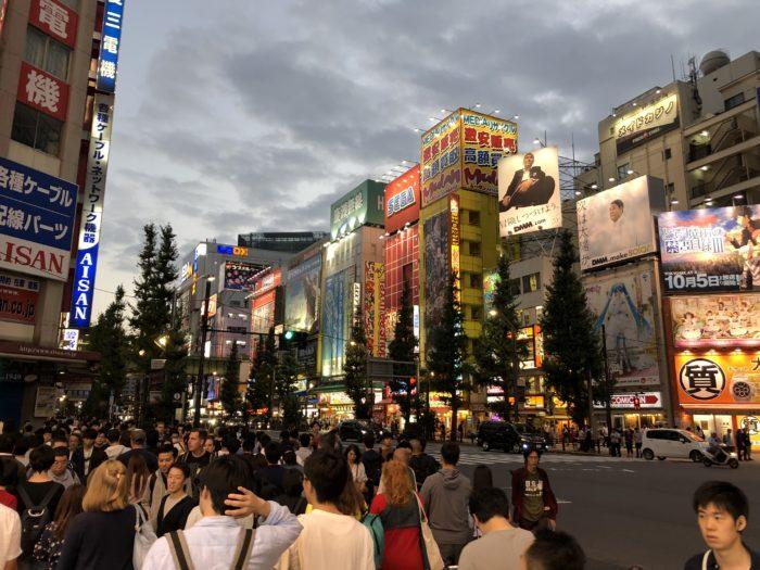 Befolkad gata i Akihabara på kvällen
