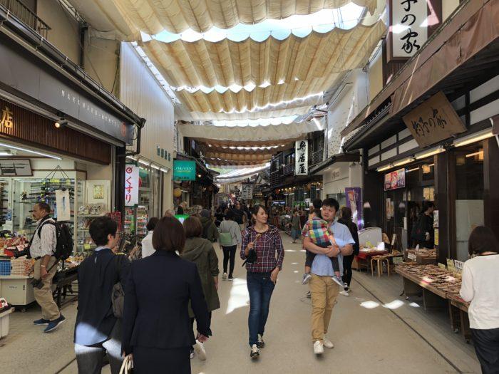 Gågata med butiker på Miyajima