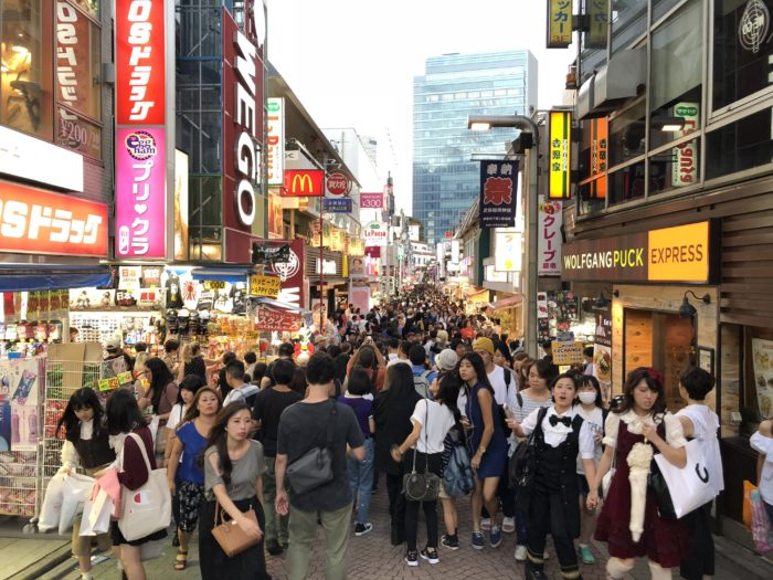Massvis med folk på Takeshita Street